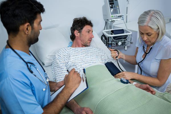 Vrouwelijke arts bloeddruk patiënt ziekenhuis vrouw Stockfoto © wavebreak_media