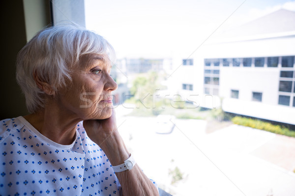 Zamyślony starszy pacjenta patrząc okno szpitala Zdjęcia stock © wavebreak_media