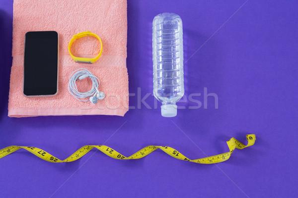 Une bouteille d'eau serviette mètre à ruban téléphone portable casque fitness Photo stock © wavebreak_media