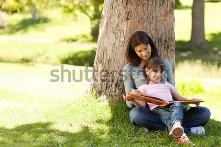 матери дочь глядя альбома фото семьи Сток-фото © wavebreak_media