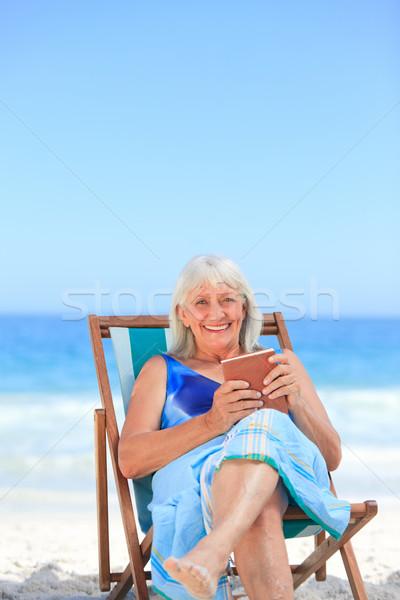 Foto stock: Senior · mulher · leitura · livro · praia · mulheres