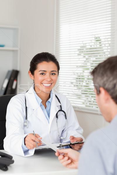 Paziente di bell'aspetto femminile medico pezzo carta Foto d'archivio © wavebreak_media