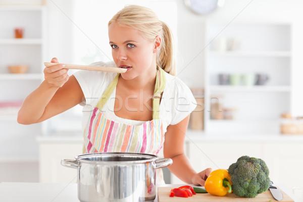 Mulher degustação refeição avental sorrir Foto stock © wavebreak_media