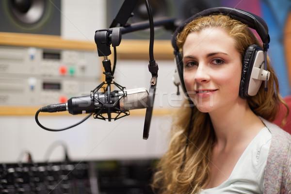 Posando micrófono estudio trabajo radio Foto stock © wavebreak_media
