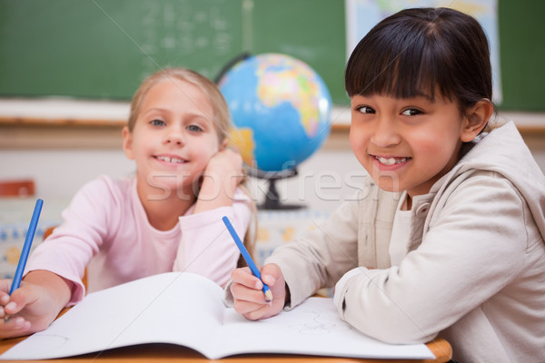 Glimlachend schoolmeisjes naar camera wereldbol pen Stockfoto © wavebreak_media