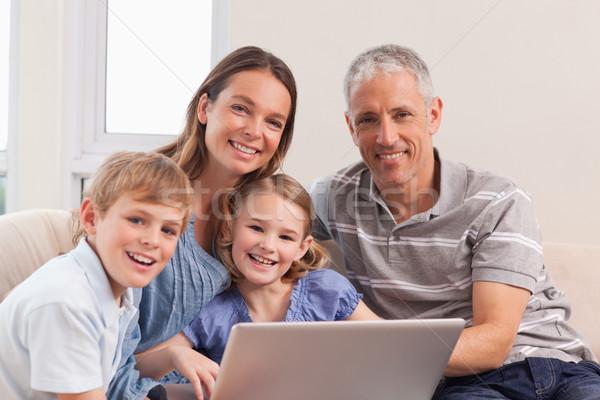 Mutlu aile oturma kanepe dizüstü bilgisayar kullanıyorsanız oturma odası aile Stok fotoğraf © wavebreak_media