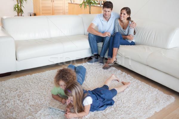 Dzieci szczęśliwy rodziców oglądania salon Zdjęcia stock © wavebreak_media