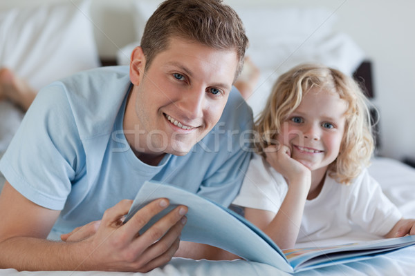 отцом сына глядя журнала вместе любви человека Сток-фото © wavebreak_media