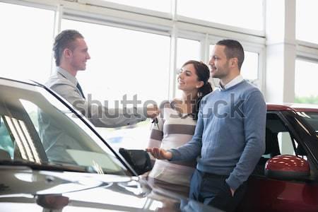 Pointant intérieur voiture femme magasin Photo stock © wavebreak_media