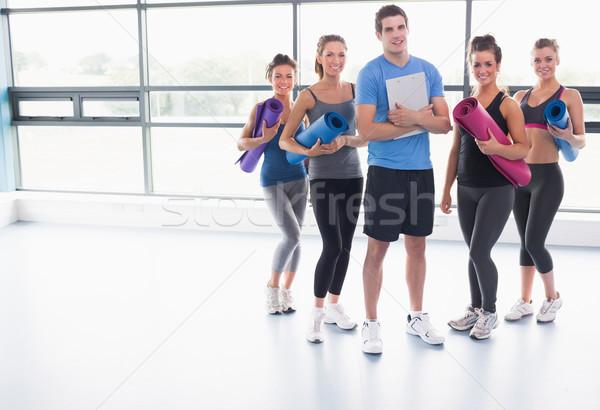 Stock foto: Yoga · Klasse · Ausbilder · Fitnessstudio · Ausübung · Ausbildung