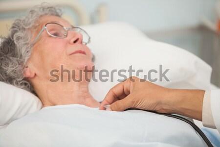 Orvos sztetoszkóp idős női beteg kórházi ágy Stock fotó © wavebreak_media