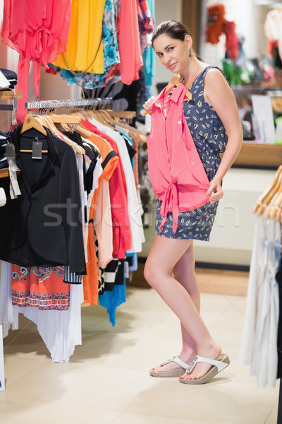 Vrouw permanente winkel shirt Stockfoto © wavebreak_media