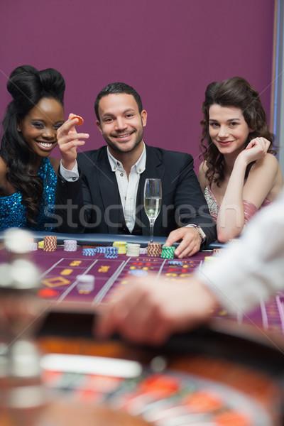 Férfi nők ül rulett asztal mosolyog Stock fotó © wavebreak_media