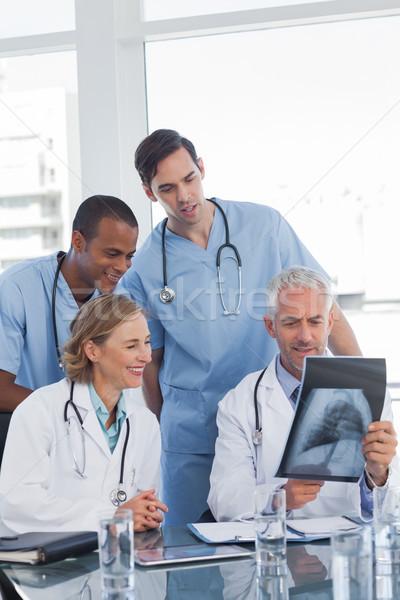 Medische team onderzoeken kantoor vrouw Stockfoto © wavebreak_media