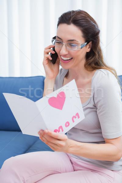 Moeder lezing kaart telefoongesprek home woonkamer Stockfoto © wavebreak_media