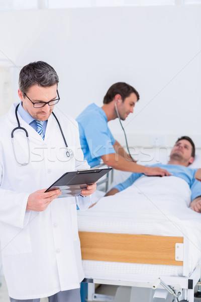 Arts schrijven rapporten patiënt chirurg ziekenhuis Stockfoto © wavebreak_media