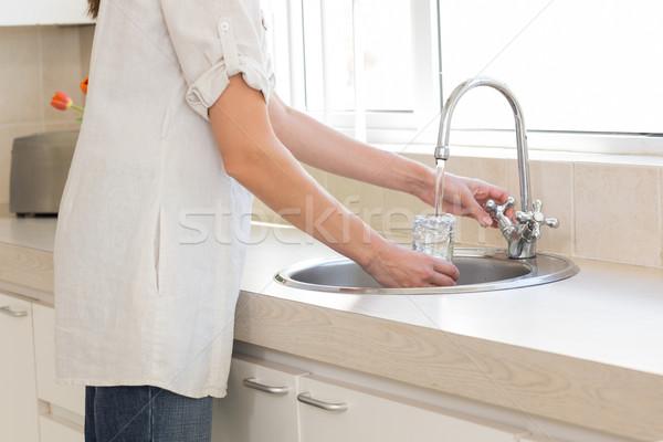 Kobieta mycia szkła kuchnia widok z boku Zdjęcia stock © wavebreak_media