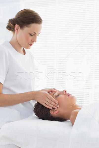 Vrouwelijke arts hoofd massage vrouw zijaanzicht Stockfoto © wavebreak_media