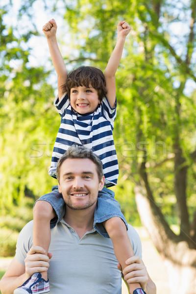 Apa hordoz boldog fiú vállak park Stock fotó © wavebreak_media