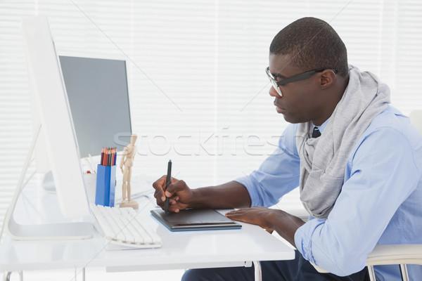 Hipszter üzletember dolgozik asztal iroda terv Stock fotó © wavebreak_media