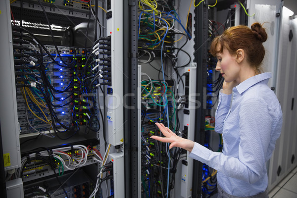 техник говорить телефон сервер большой центр обработки данных Сток-фото © wavebreak_media