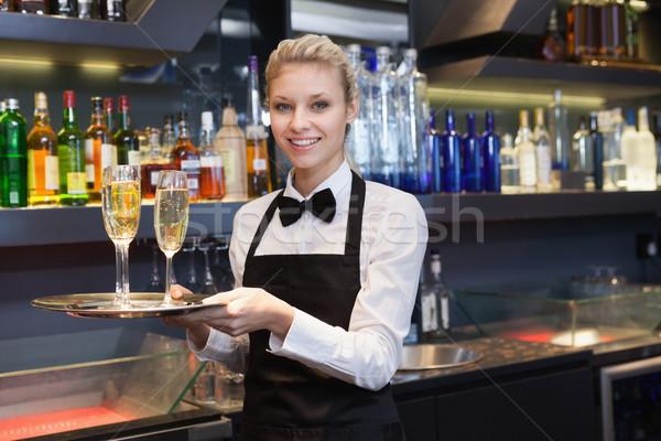 Ziemlich Kellnerin halten Fach Champagner bar Stock foto © wavebreak_media