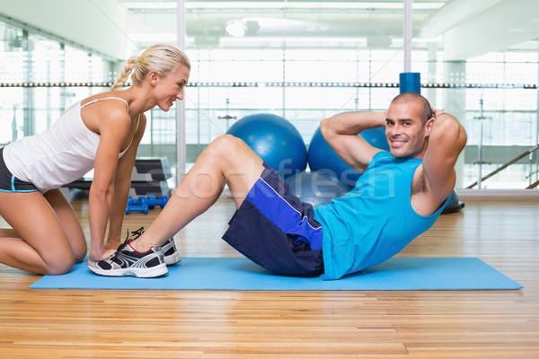 Trener młody człowiek brzuszny fitness widok z boku kobiet Zdjęcia stock © wavebreak_media