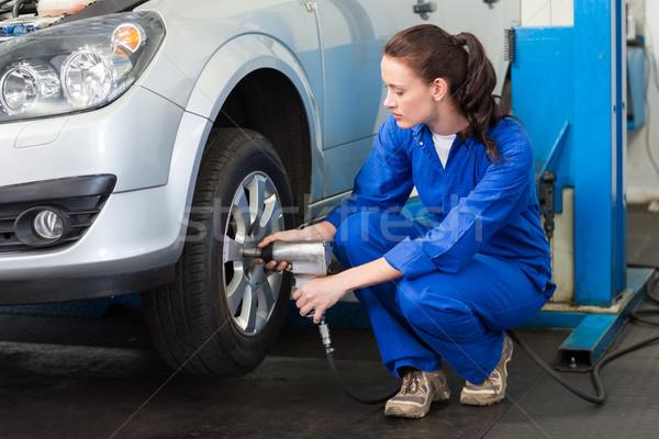 Mecánico neumático rueda reparación garaje servicio Foto stock © wavebreak_media
