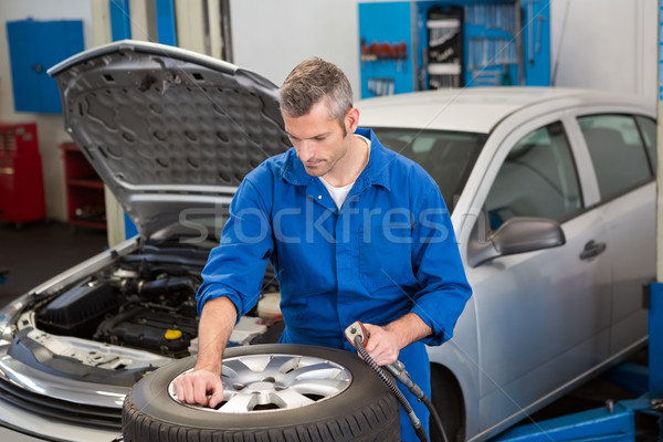Fókuszált szerelő autógumi javítás garázs férfi Stock fotó © wavebreak_media