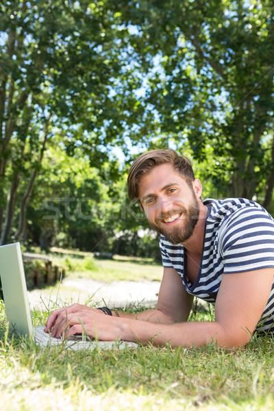 Usando laptop parque homem feliz natureza Foto stock © wavebreak_media