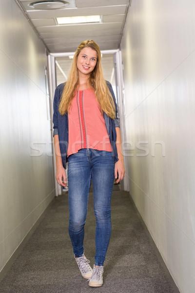 Kobiet student stałego kolegium korytarz Zdjęcia stock © wavebreak_media