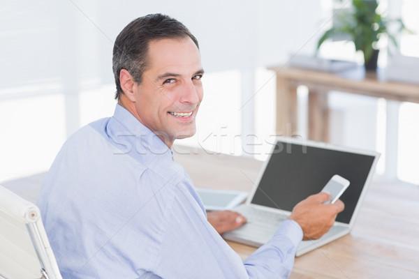 üzletember küldés szöveg asztal iroda számítógép Stock fotó © wavebreak_media