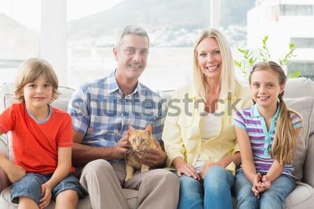 Uśmiechnięty rodziny domowych żółty labrador dywan Zdjęcia stock © wavebreak_media