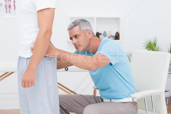 Arts onderzoeken patiënt Maakt een reservekopie medische kantoor Stockfoto © wavebreak_media