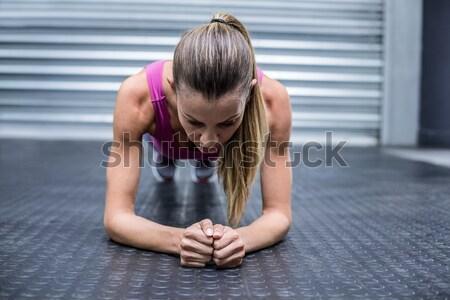 Muscular mulher posição crossfit ginásio Foto stock © wavebreak_media
