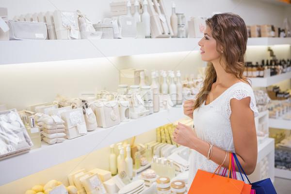 Mosolygó nő termékek szépségszalon vásárlás női mosolyog Stock fotó © wavebreak_media