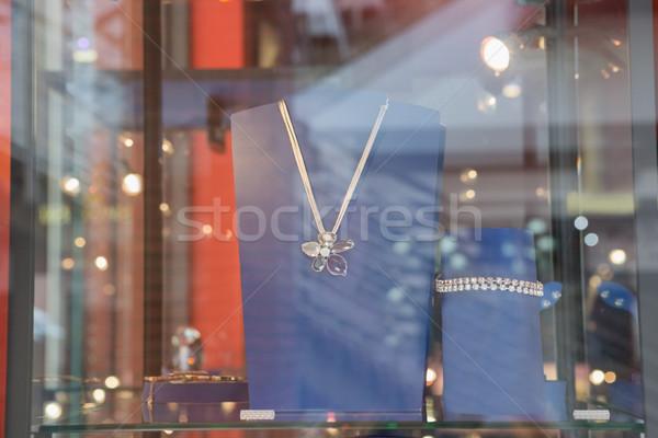 Ketting achter glas store lifestyle stijl Stockfoto © wavebreak_media