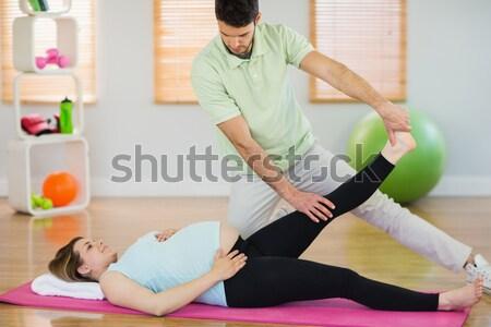 Mujer embarazada relajante masaje sesión ejercicio pelota Foto stock © wavebreak_media