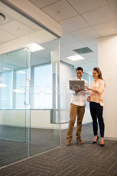 Zakenman vrouwelijke collega met behulp van laptop kantoor moderne Stockfoto © wavebreak_media
