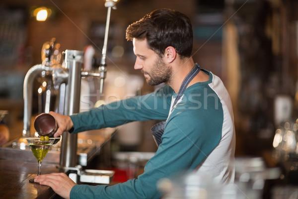 Widok z boku barman napojów bar wina Zdjęcia stock © wavebreak_media