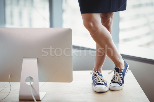 Mulher lona sapatos em pé escritório tabela Foto stock © wavebreak_media