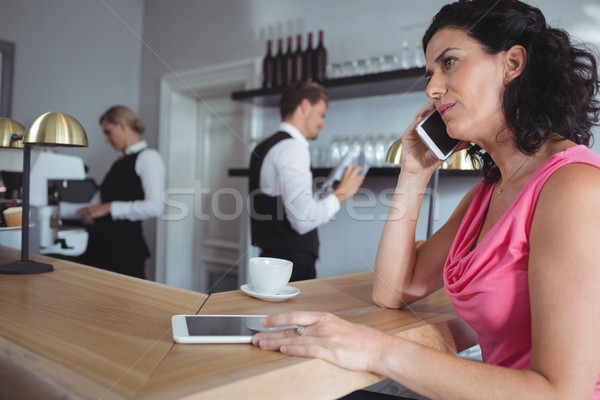 Vrouw vergadering bar counter praten mobiele telefoon Stockfoto © wavebreak_media