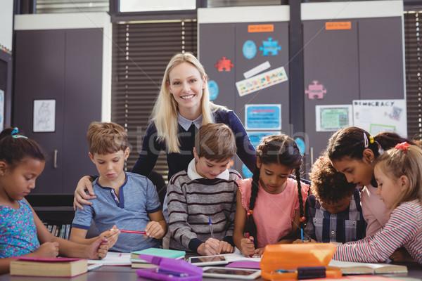Lehrer helfen Schülerin Hausaufgaben Klassenzimmer Schule Stock foto © wavebreak_media