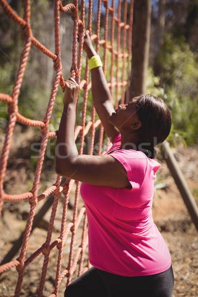 Vastbesloten vrouw klimmen net boot Stockfoto © wavebreak_media