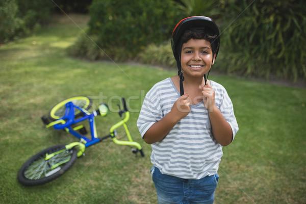 Portret uśmiechnięty chłopca rower kask Zdjęcia stock © wavebreak_media