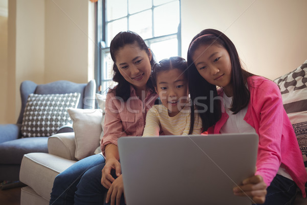 Stok fotoğraf: Aile · dizüstü · bilgisayar · kullanıyorsanız · birlikte · oturma · odası · ev · Internet