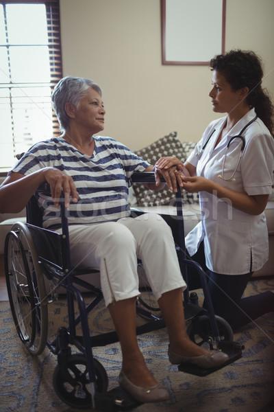 Vrouwelijke arts senior vrouw rolstoel home Stockfoto © wavebreak_media