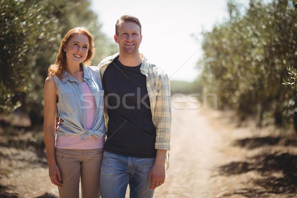 Uśmiechnięty stałego oliwy gospodarstwa Zdjęcia stock © wavebreak_media