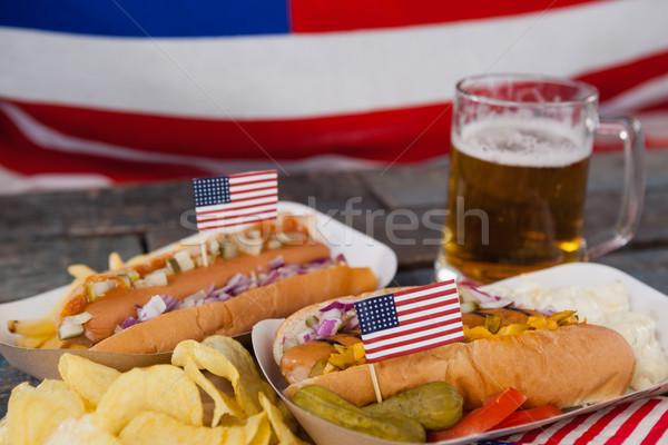 Cachorro-quente vidro cerveja bandeira americana mesa de madeira Foto stock © wavebreak_media
