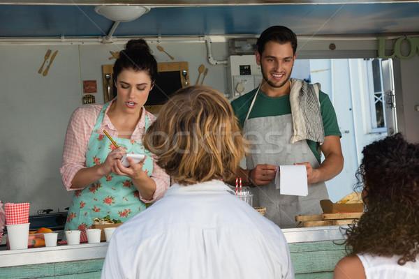 Propietario toma para cliente alimentos camión Foto stock © wavebreak_media